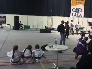 Фестиваль Непобедимая держава. Дети смотрят на соревнования по пауэрлифтингу