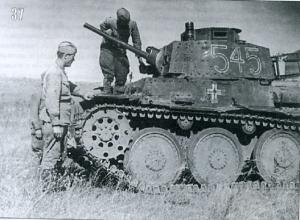 Бойцы изучают немецкую технику на поле боя