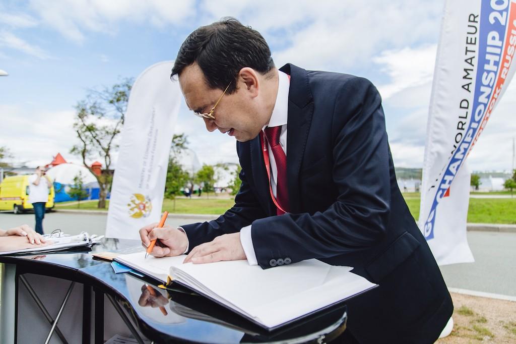 гость Павильона Го губернатор Саха Якутии А. Николаев